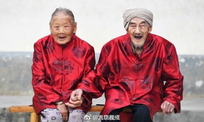 รักเราไม่เก่าเลย คู่รักคุณตาคุณยายชาวจีน อายุ 100 ปี