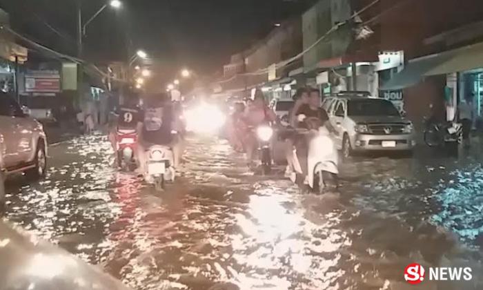 น้ำท่วมเมืองเพชรบุรีเข้าขั้นวิกฤต น้ำท่วมทะลักมาตามท่อ