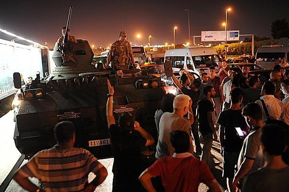 ทหารยึดอำนาจรัฐบาลตุรกีไม่สำเร็จ หลังประชาชนลุกฮือต่อต้าน