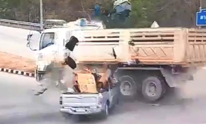 ใส่ไม่ยั้ง! กระบะขนชาวไทยใหญ่นับสิบชีวิตฝ่าไฟแดงพุ่งอัดสิบล้อ-สาหัสยกคัน