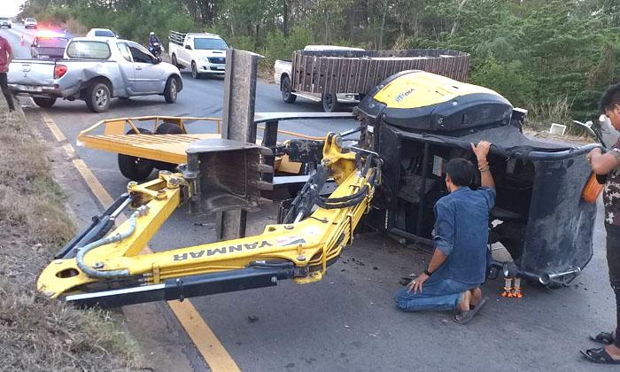 """""""แบคโฮ"""" พลิกคว่ำขวางถนนร่วงจากรถเทรลเลอร์ขณะลากจูง-หวิดเกิดอุบัติเหตุซ้ำซ้อน"""