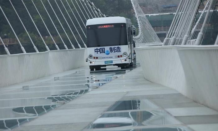 แข็งแรงทนทาน รถบัสไร้คนขับหนัก 5.5 ตัน วิ่งบนสะพานกระจกจางเจียเจี้ย