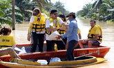 """""""เต๋า สมชาย"""" นำทีมสิงห์ออลสตาร์ ลุยน้ำท่วม มอบน้ำ-ข้าวสาร ช่วยเหลือน้ำท่วมภาคใต้"""