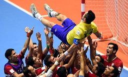 """คู่แข่งยังซูฮก! """"แข้งอิหร่าน"""" จับ """"เทพฟัลเกา"""" โยนอำลา (คลิป)"""