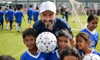 """ประสบการณ์พิเศษ! """"ปราสาทสายฟ้า"""" สอนบอลให้เด็กกัมพูชา 2 ปีติดต่อกัน"""