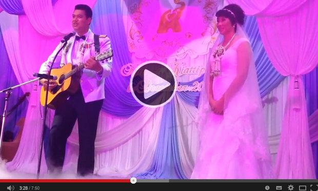 """แชร์กันเพียบ! คลิป""""โค้ชอ๊อต"""" โชล์ลีลากีตาร์ ร้องเพลงจีน เซอร์ไพรส์ """"เจ้าสาว""""ในงานแต่ง"""