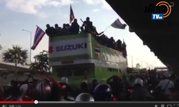 แห่แข้งนักเตะช้างศึกไทย ประชาชนรอรับคึก ดอนเมือง ถึง สนามศุภชลาศัย(ชมคลิป)