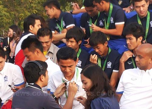นักเตะไทยร่วมรายการสนามข่าวก่อนไปถวายพระพร