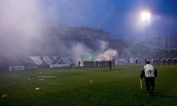 รัฐบาลกรีซ ระงับฟุตบอลอาชีพหลังแฟนบอลปะทะเดือด
