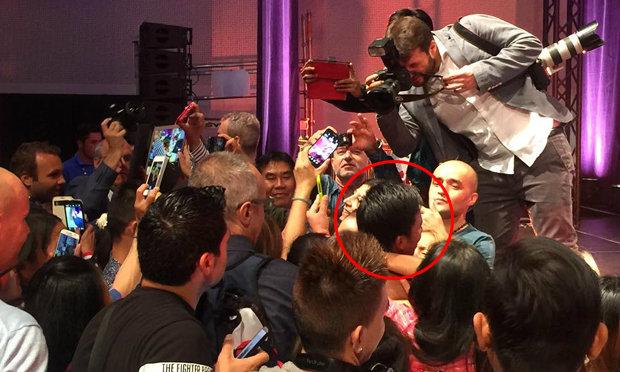 """คลิป """"บัวขาว""""โดนแฟนรุมทึ้ง ก่อนขึ้นแสดงศิลปะแม่ไม้มวยไทย ในงาน World Expo Milan 2015"""