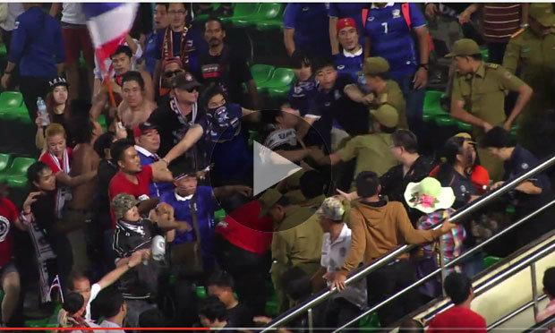 คลิปจังหวะปัญหาแฟนบอลไทยปะทะจนท.ลาว ระหว่างเกมนัดชิงยู19 อาเซียน