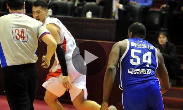 วิ่งสิครับรออะไร! เหตุวุ่นลีกบาสจีน เมื่อเจ้าถิ่นทุบเข้าเต็มๆหัวอดีตดาวดัง NBA (คลิป)