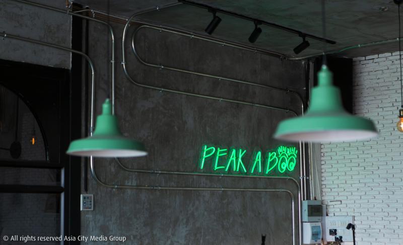 ทำความรู้จัก PEAK-A-BOO ร้านสุดเก๋ใจกลางอนุสาวรีย์ชัยฯ ที่กลางวันเป็นคาเฟ่ กลางคืนเป็นบาร์ชิค ๆ