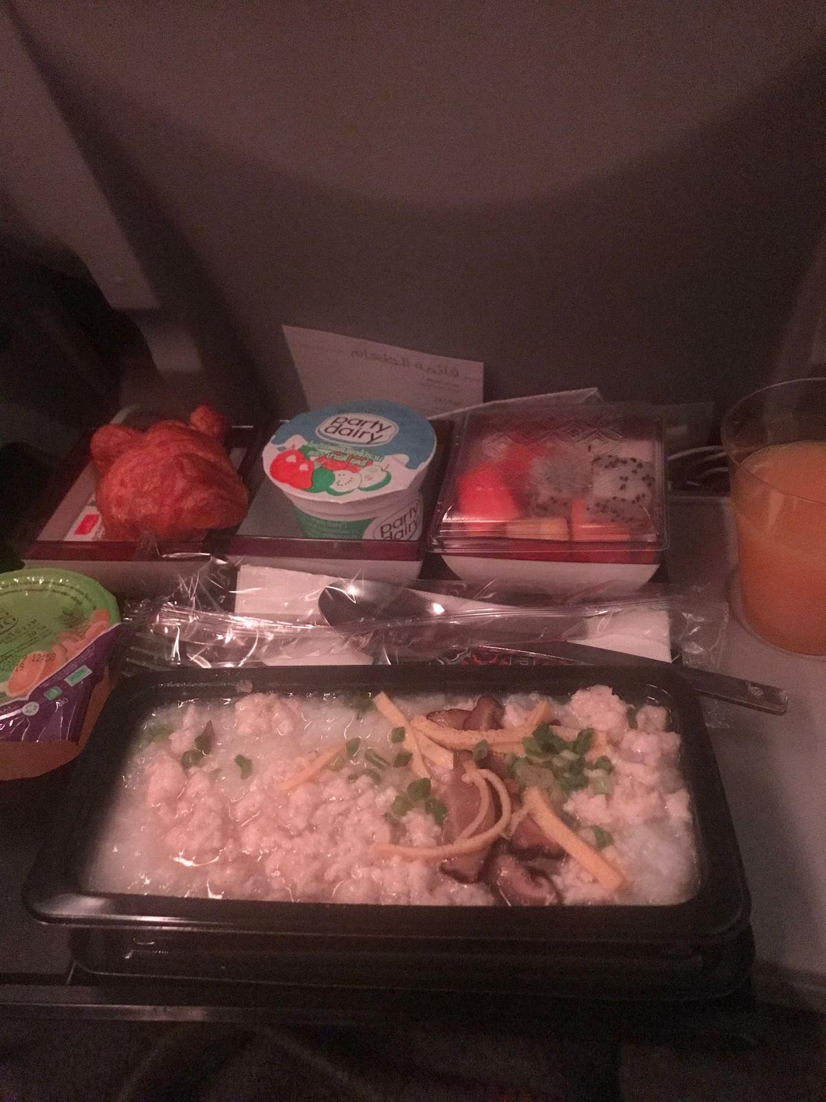 เช้าๆก่อนลงที่สนามบินนานาชาติ ฮาหมัด ก็ขอทานโจ็ครองท้องก่อนนะ  อยากบอกอร่อยมาก