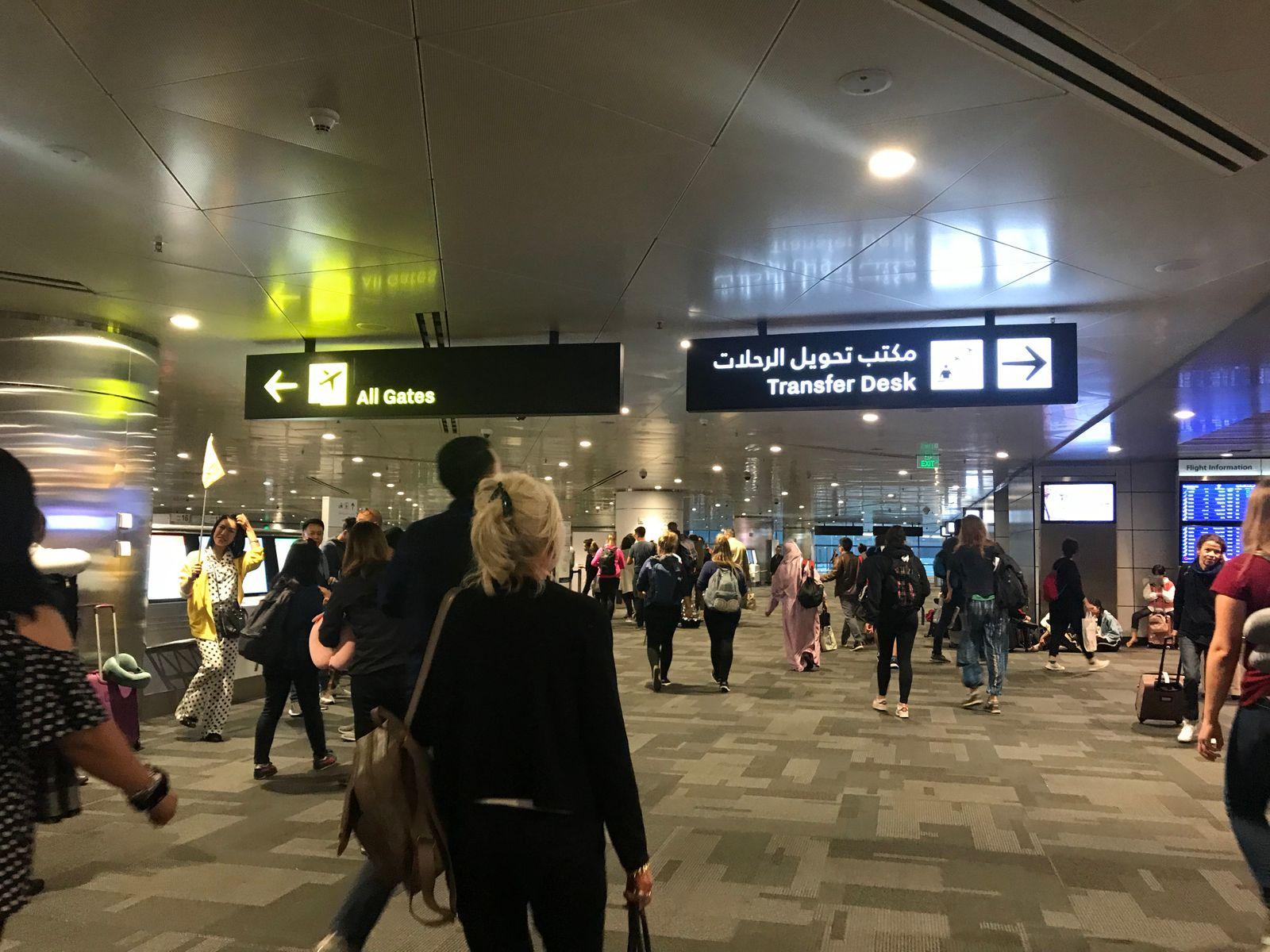 ผู้โดยสารมากมายเตรียมเข้าสู่สนามบิน
