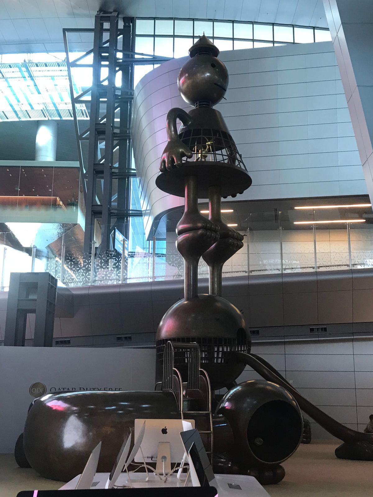 งานศิลปะขนาดใหญ่ ถูกตั้งตกแต่งไว้หลายส่วนในสนามบินนานาชาติ ฮาหมัด