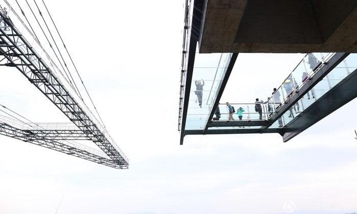 จีนเปิดสะพานกระจกใสยื่นริมผาสุดหวาดเสียวแห่งใหม่ ยาวที่สุดในโลก